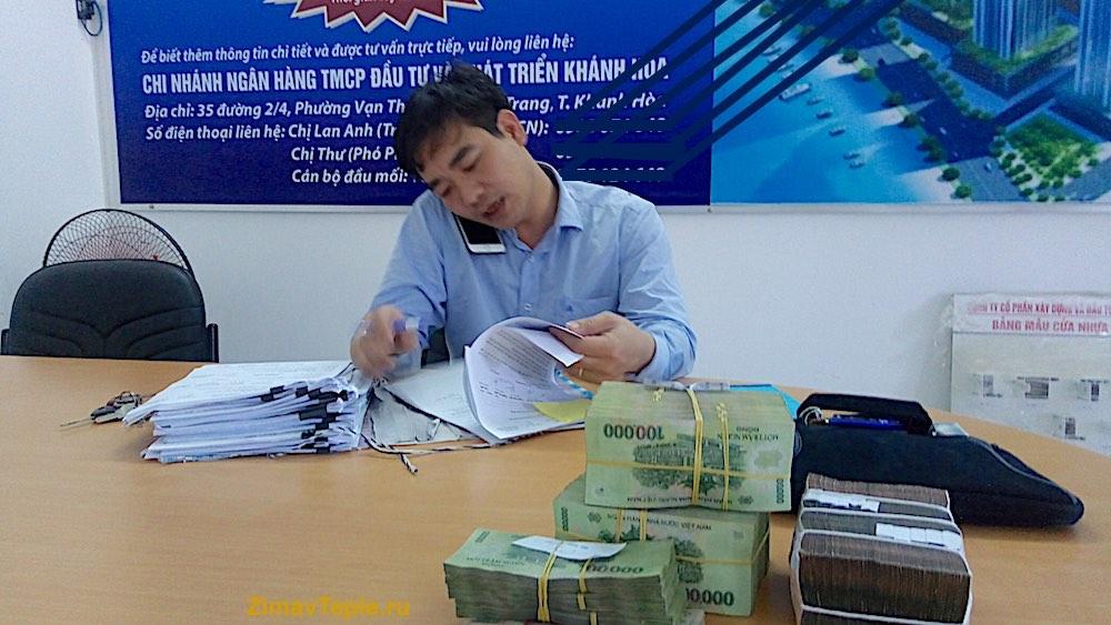 В офисе у застройщика подписываем контракты на покупку квартир в Океанике